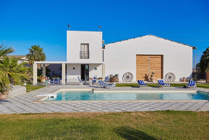 modern restored farmhouse with 3 beds, pool, holiday rental in Dattilo
