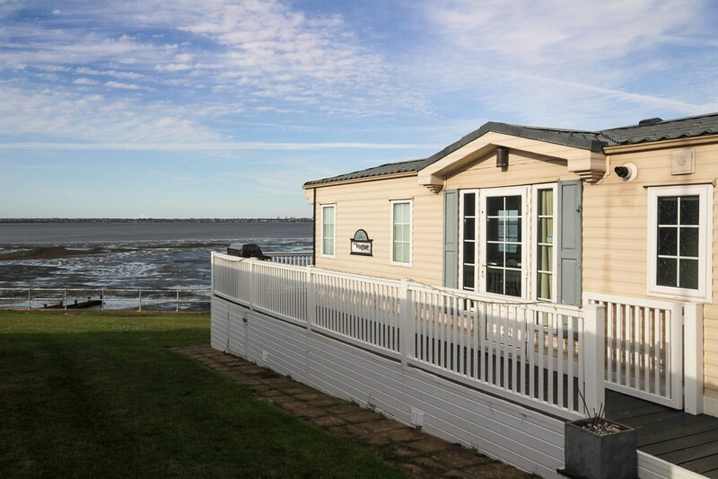 Sea Front Idyllic 2-Bed Chalet in Rochester, vacation rental in Thorpe Bay