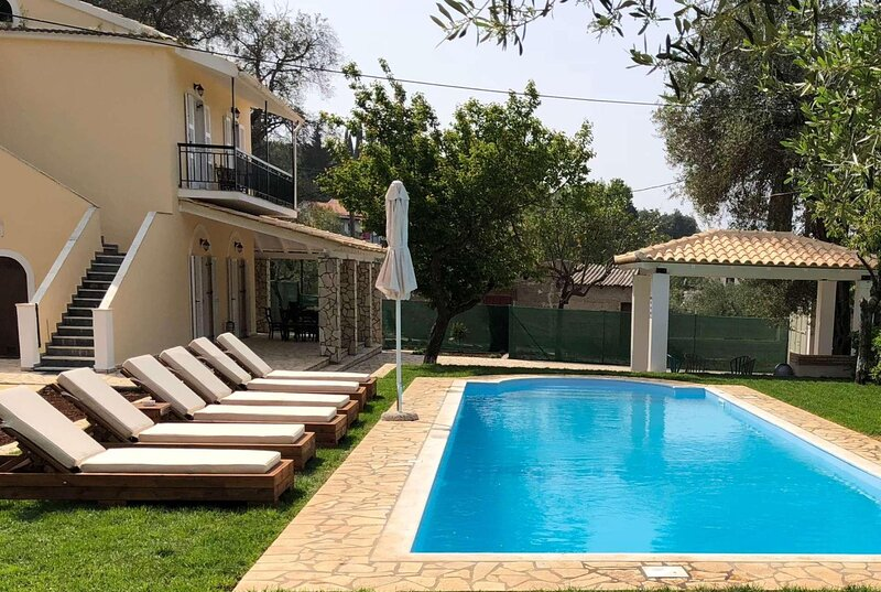 Air conditioned and close to beach, location de vacances à Peroulion