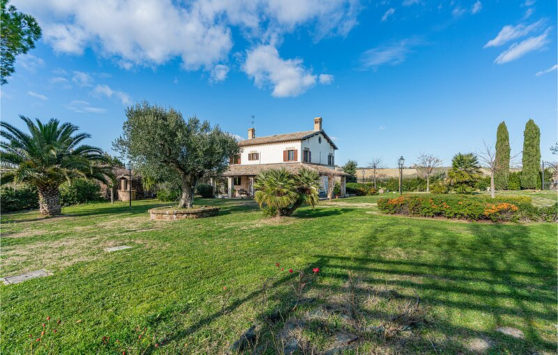 Beautiful home in Montelupone with Outdoor swimming pool and 5 Bedrooms (IMK249), vacation rental in Sambucheto