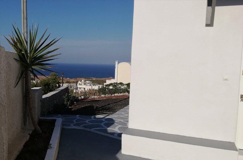 Santorini Seaview Garden - Perfect location - Fully Equipped, location de vacances à Vourvoulos