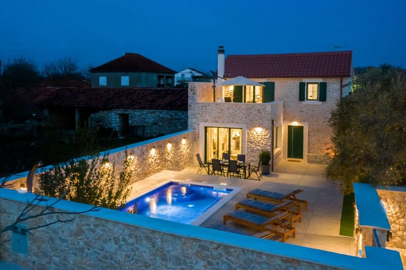 Luxury stone Villa with pool in beautiful nature, holiday rental in Nin