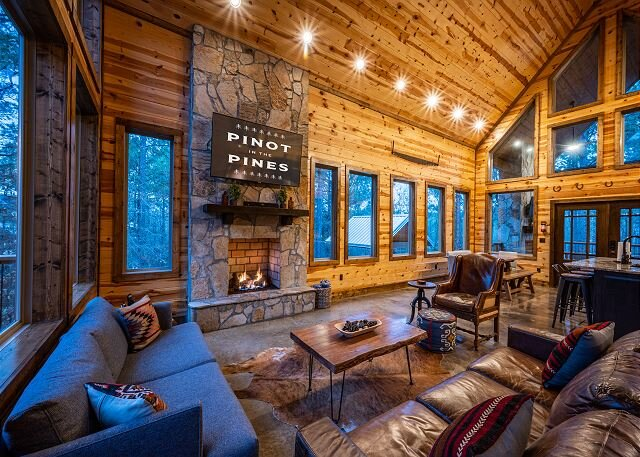 Brand New! Secluded! Pinot in the Pines;3 Br;3.5Bath;Loft; Bunk Room; Hot Tub, vacation rental in Hochatown