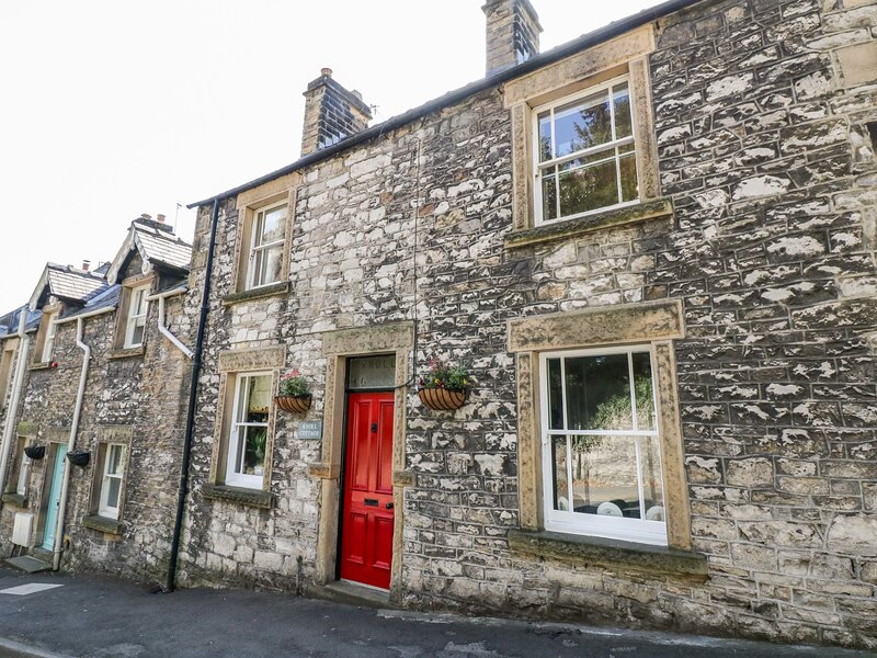 KNOLL COTTAGE, pet friendly, character holiday cottage in Bakewell, Ref 2640, vacation rental in Great Longstone