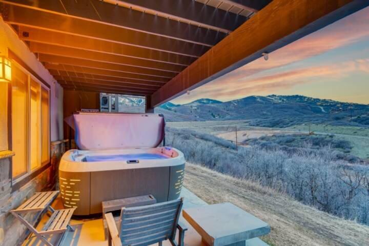 *FREE SKI RENTAL* Modern Luxury w Private Hot Tub,  Home Theater – 5 Mins t0 Ski, holiday rental in Heber City
