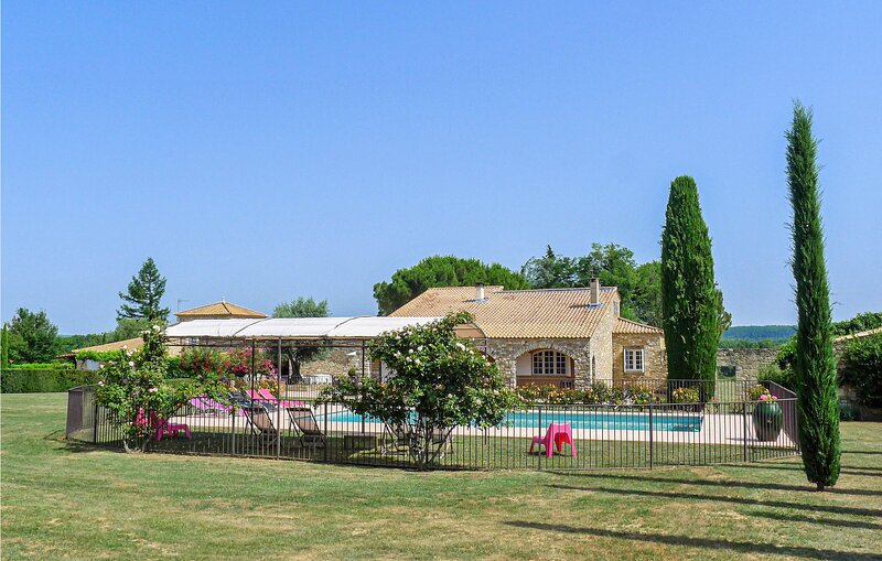 Beautiful home in Saint-Siffret with Outdoor swimming pool, WiFi and 5 Bedrooms, location de vacances à Saint-Victor-des-Oules
