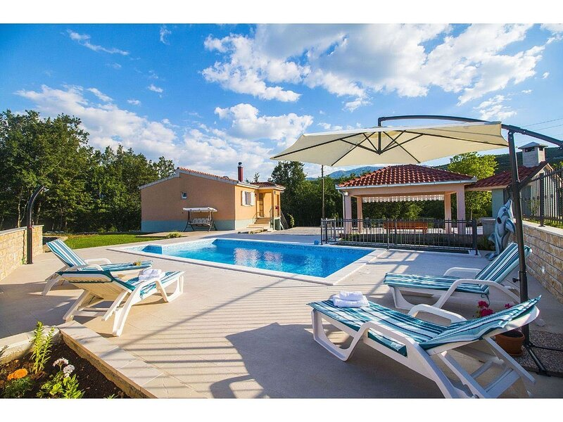 VILLA KATJA with private pool, free bicycles, 30 min from Split, holiday rental in Vedrine