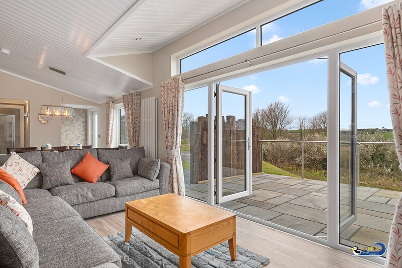 Beautiful Luxury Lodge, Countryside View, Hot Tub, Short Walk to Beach, holiday rental in Penally