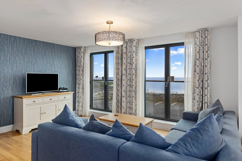 Spectacular Luxury Apartment, Sea Views from Every Room, Two Balconies, Parking, alquiler vacacional en Tenby