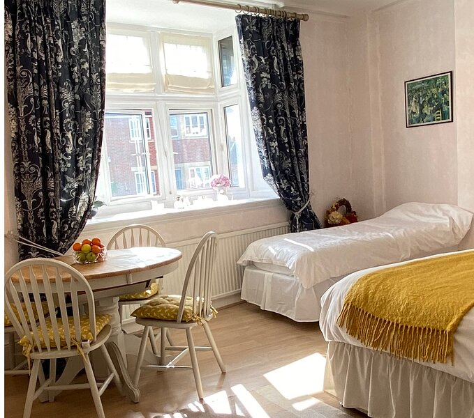 DELUXE BED & BREAKFAST IN THE HEART OF HENLEY VERY NEAR THE RIVER SLEEPS 7 MAX, holiday rental in Knowl Hill