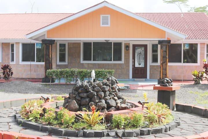 Close to ocean - 1750 sq ft Home with 4 Bedrooms 4 Baths, casa vacanza a Keaau