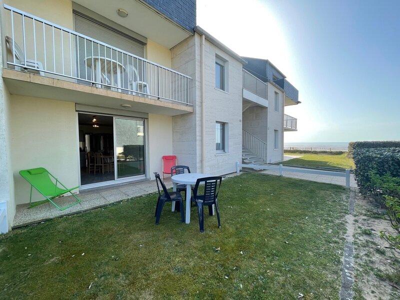 Vue mer, 50m plage, joli appartement avec terrasse et jardin, holiday rental in Carolles