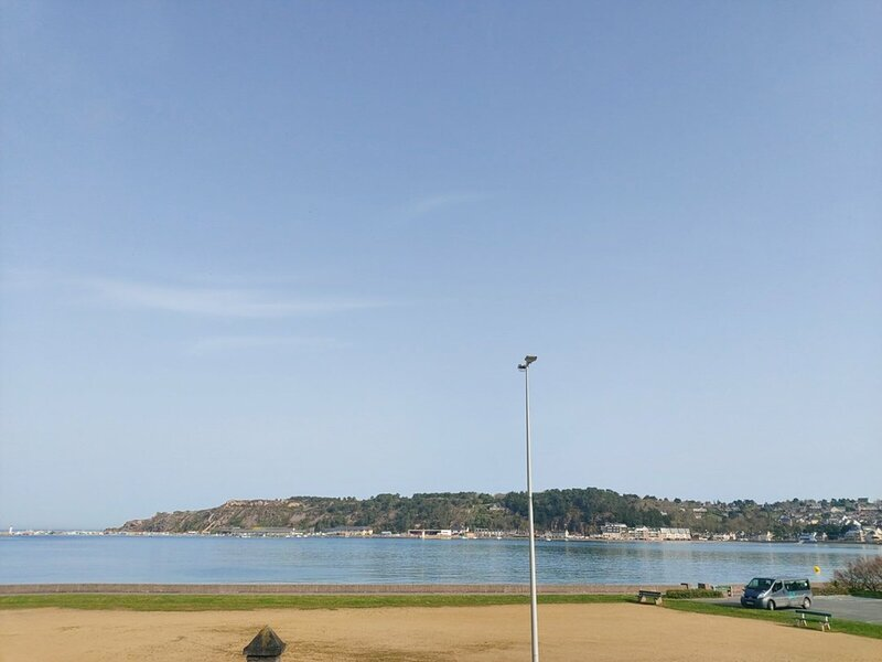 A ERQUY, en bordure de la plage du centre, face au port de pêche., aluguéis de temporada em Cotes-d'Armor