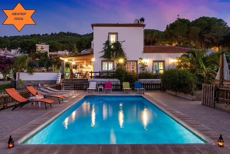 Stunning Andalusian villa with heated pool, garden and 20 minutes from the beach, location de vacances à Alhaurin de la Torre
