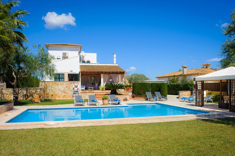 Rico, house for 8 persons with charming garden, holiday rental in Cala Marcal