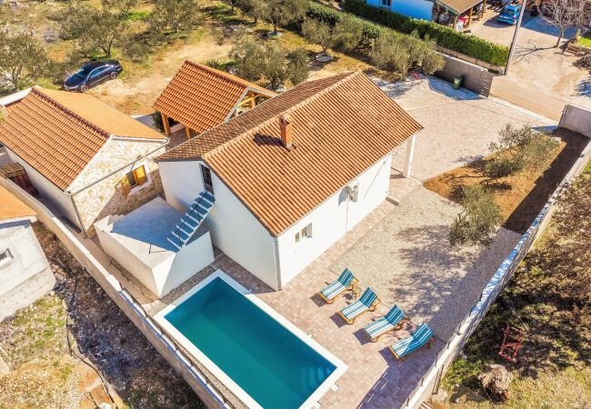 Skabrnje Holiday Home Sleeps 5 with Pool Air Con and WiFi - 5889234, holiday rental in Nadin