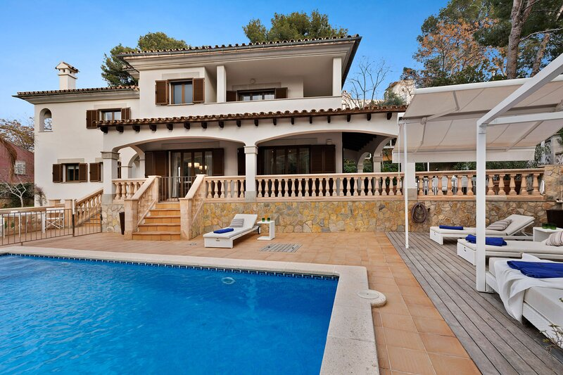 Villa Zafiro, Wifi, Piscina, Barbacoa, Parking, glamour en Portals Nous, holiday rental in Portals Nous