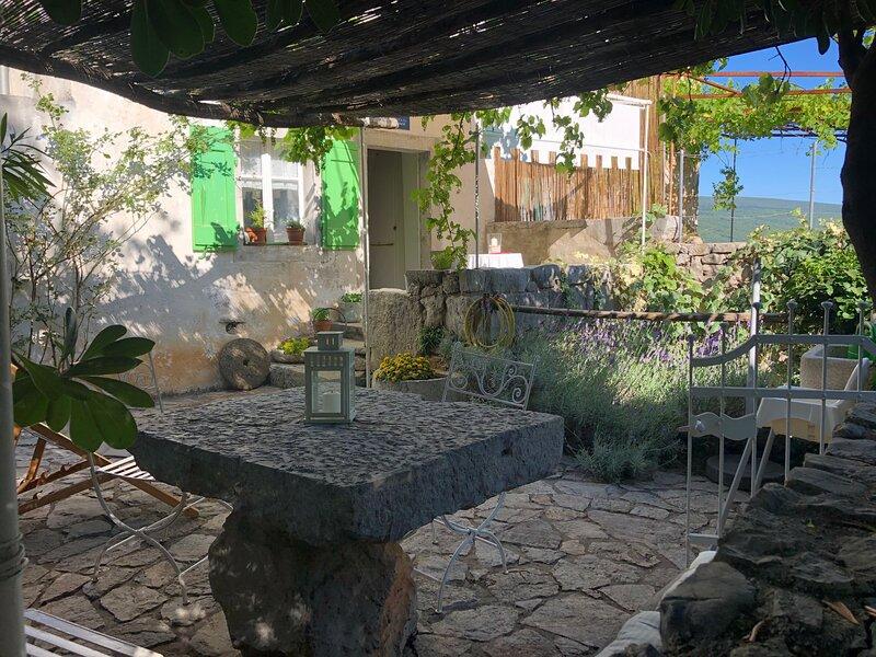 Maja Stone House, holiday rental in Kornic
