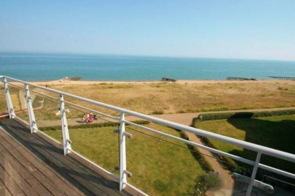 Sea facing 2 bed apartment with balcony & garage, vacation rental in Eastbourne