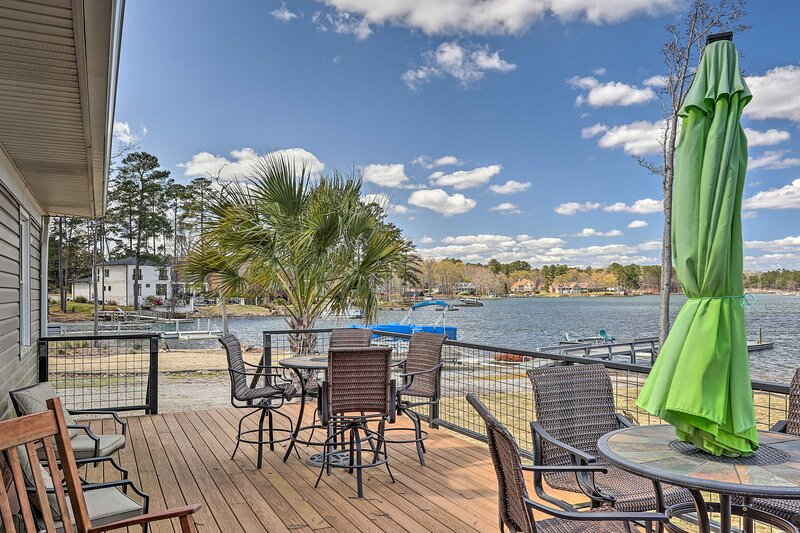 NEW! Quiet Lakefront Retreat w/ Dock, Deck & Grill, holiday rental in Irmo
