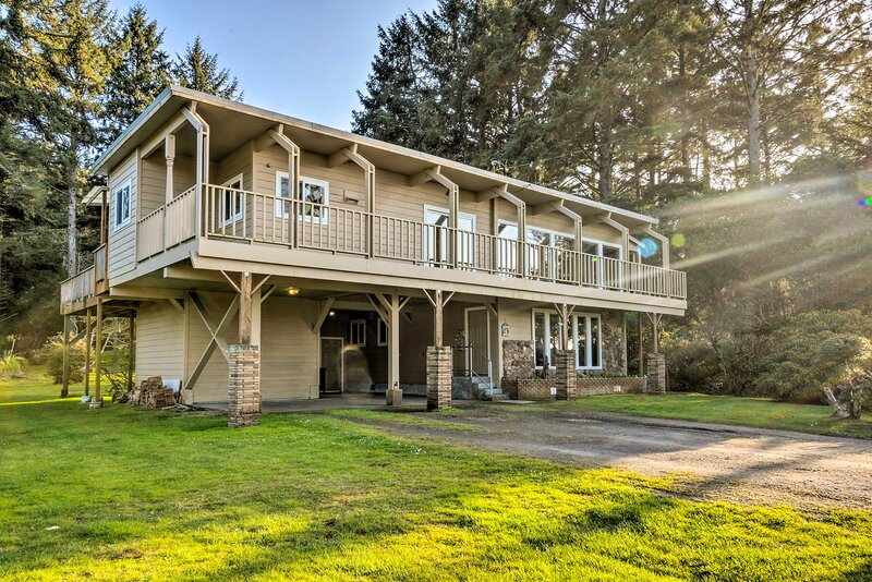 NEW! Home with Deck & Elevator: < 1 Mile to Coast, holiday rental in North Bend