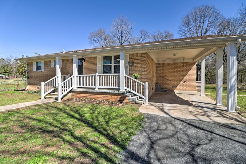 NEW! Greers Ferry Home w/ Yard, < 1 Mi to Marina!, holiday rental in Shirley