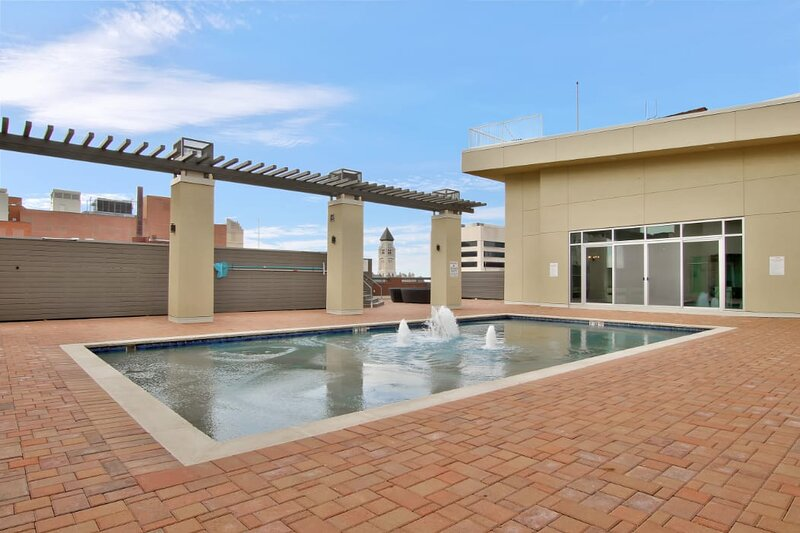 Old Town Suite  + Pool + Clubhouse, holiday rental in Sedgwick