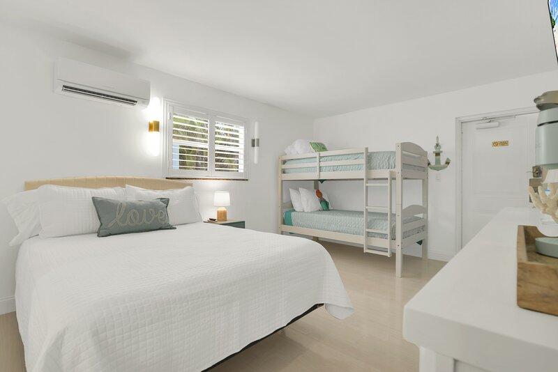 Boutique Hotel Queen Rm w Bunk Bd 1 Block to Beach, holiday rental in Hillsboro Beach