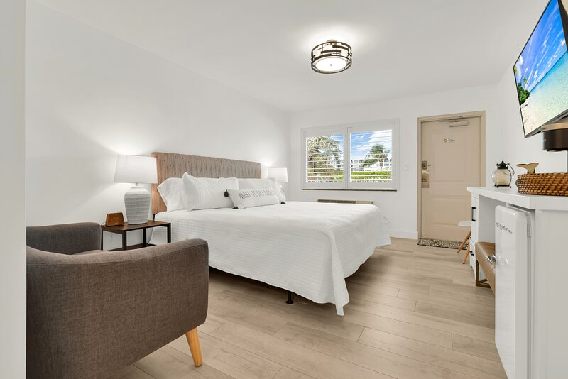Boutique Hotel King Room 1 Block from Beach!, holiday rental in Hillsboro Beach