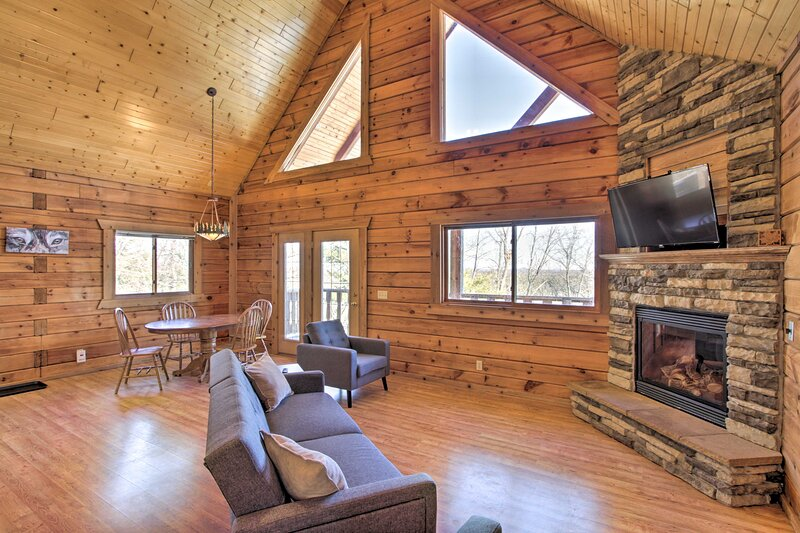 NEW! Pet-Friendly Warrens Cabin w/ Private Deck, holiday rental in Warrens