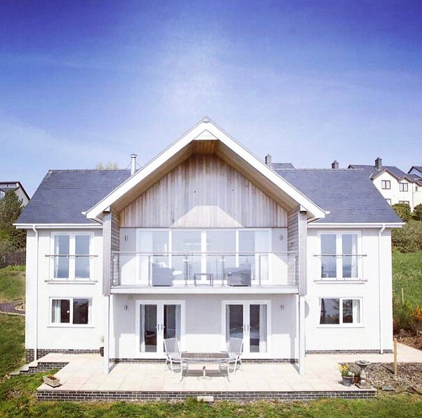 4 bedroom house with breathtaking sea views and a lovely garden, Sleeps 8, holiday rental in Aberdovey