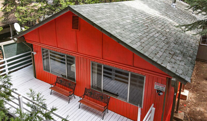 Cabin in woods, lots of indoor outdoor fun for all in family, holiday rental in Shingletown