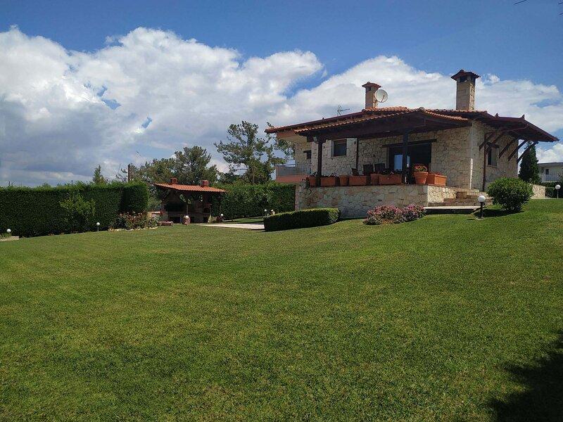 Villa Traditional Estate Pool Garden, 5 bedroom, location de vacances à Nea Fokaia
