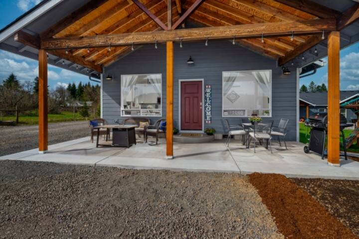 Serene and Comfortable Guest House, Fantastic Outdoor Seating /w Fire Table, BBQ, holiday rental in Newberg