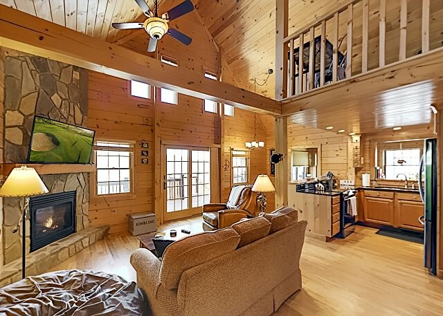 Luxe Log Cabin in Gated Community w/ Deck & Stunning Mountain Views, casa vacanza a Old Fort