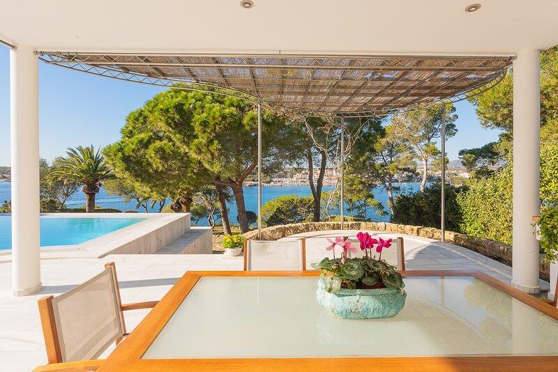 Sivina Cala DOr, seafront villa for 8 persons with access to the sea, location de vacances à Cala Mondrago