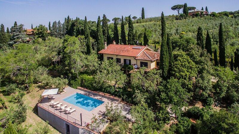 Montecchio Villa Sleeps 9 with Pool Air Con and WiFi - 5889562, holiday rental in Castroncello