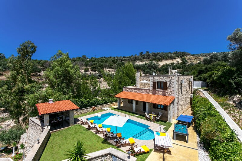 Fantastic villa with heated pool,Great views near Platanes and Rethymno 2, vacation rental in Giannoudion