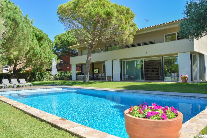 Magnificent villa next to the sea. 9 PEOPLE-Pool and garden. Wifi.Platja de Pals, vacation rental in Playa de Pals