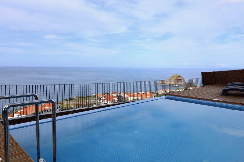Casa das Escaleiras.  Gorgeous sea view, WiFi, holiday rental in Porto Moniz