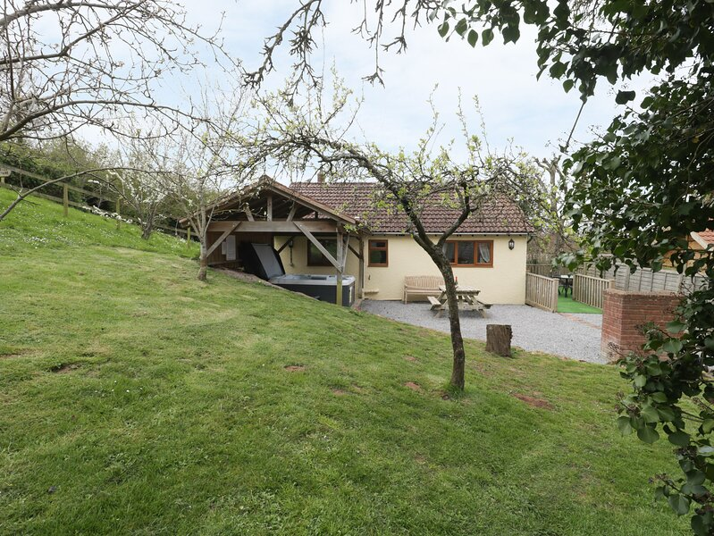 ORCHARD COTTAGE, barn conversion, with open plan living area, hot tub and, vacation rental in Roadwater