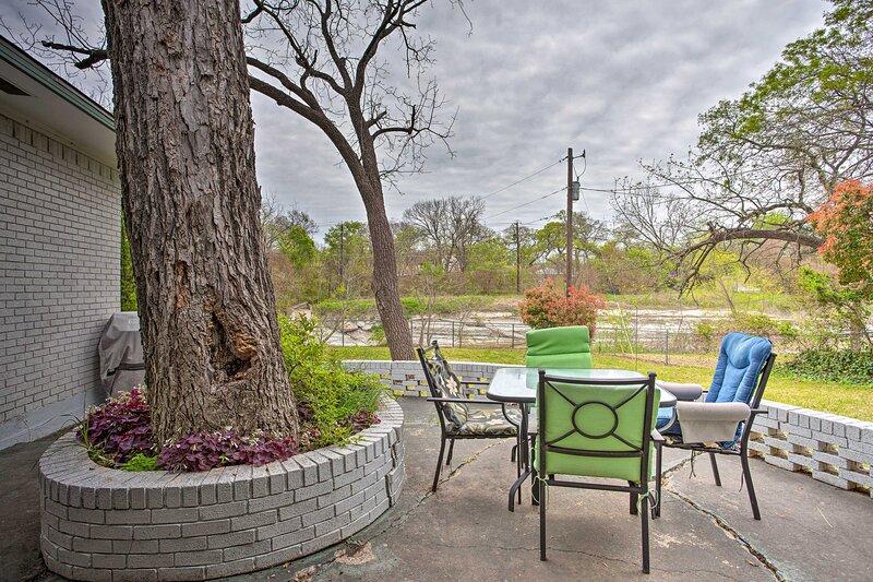 NEW! Creekside Home Near Dallas w/ Patio & Grill!, location de vacances à Mesquite