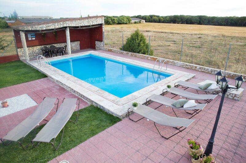 Casa LORALBA, holiday rental in Gomezserracin