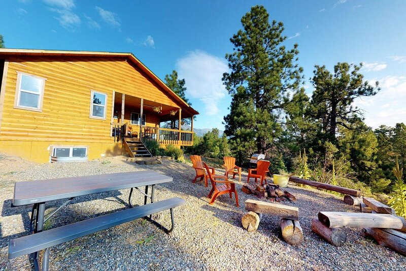 Africa Decorated Cabin, Breakfast Deck overlooking the Canyon!, holiday rental in Monticello
