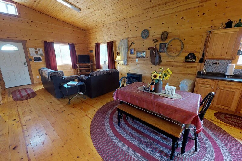 Adorable Western Cabin with BBQ, Kitchen, Campfire, Stunning Views, holiday rental in Monticello