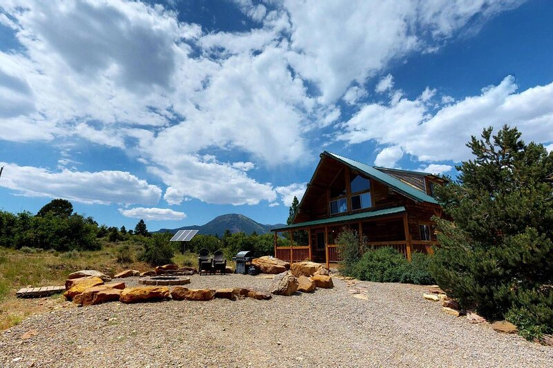 Canyon View Family Cabin, Deck,  TV Room, Games, BBQ, Campfire Bowl, holiday rental in Monticello