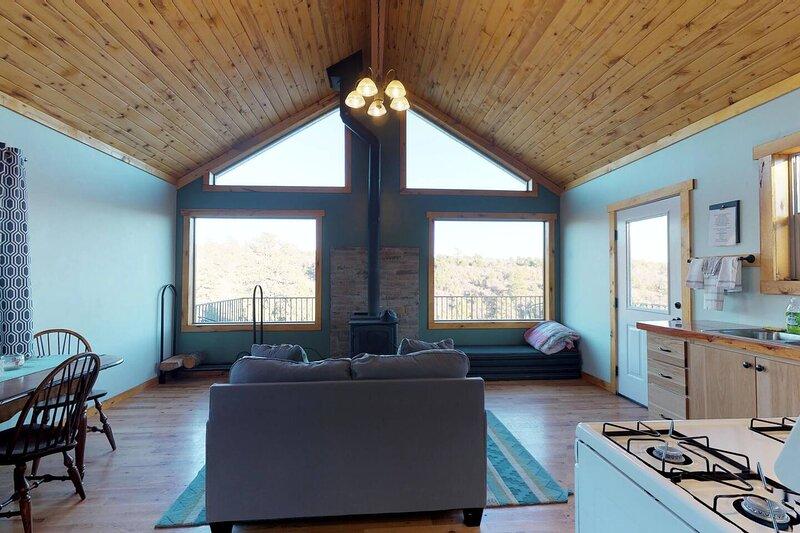 Cabin # 1 Refreshing One Bedroom Cabin in the Trees , Near Moab Utah, casa vacanza a La Sal