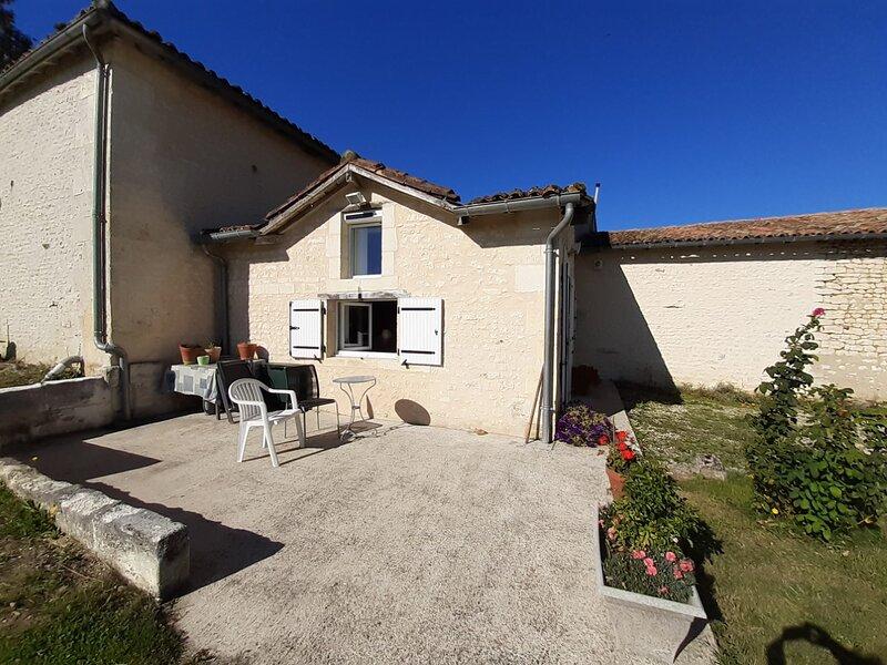 Bienvenue dans La Maisonnette Mimosa de La Petite Barrière, holiday rental in Coux