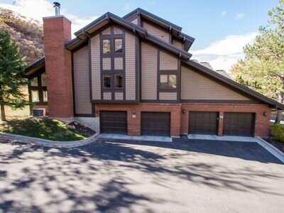 **Comfortable, spacious, private & quiet Canyon Racquet Condo NEW $10k HOT TUB, holiday rental in Cottonwood Heights