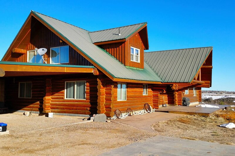 Horsehead Mountain Lodge, Stunning Log Cabin with amazing views of the mountain!, holiday rental in Monticello